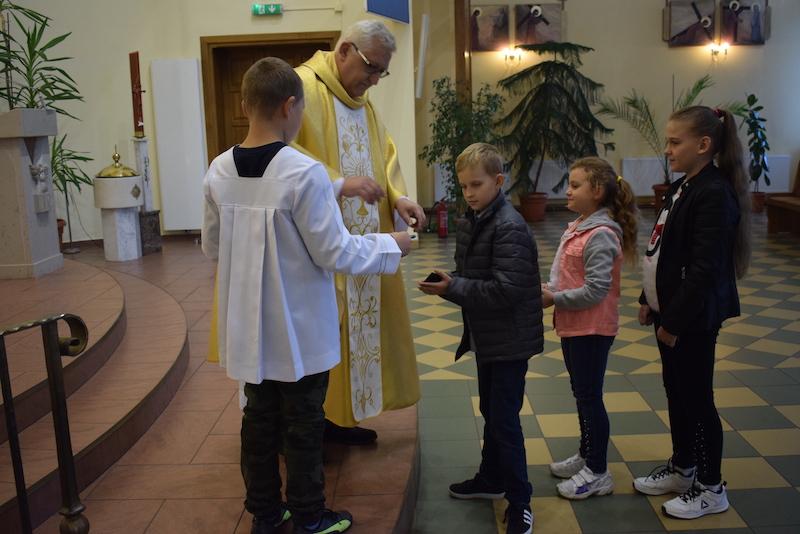 Rozdanie Różańca dzieciom I Komunijnych